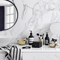 Marmurowa łazienka i detal w postaci akcesoriów